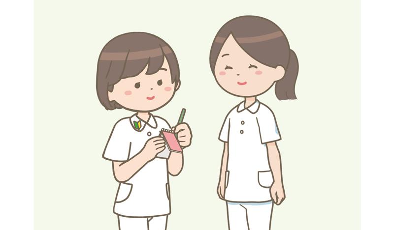 新人看護師が先輩看護師に教えてもらったことをメモしているイラスト。