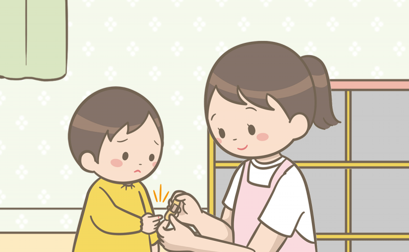 保育園看護師がけがをした園児の手当てをしているイラスト