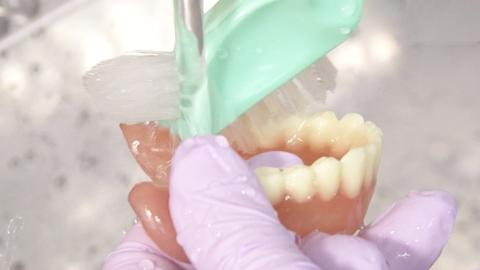 義歯のある臥床患者さんへの口腔ケア | 口腔ケア【2】