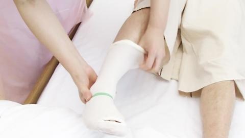 弾性ストッキングの装着方法 | 深部静脈血栓症対策【1】
