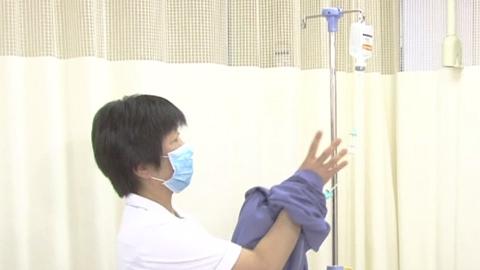 上肢に静脈内点滴をしている患者さんの寝衣交換 | 寝衣交換【2】