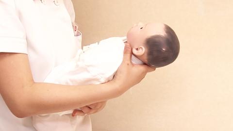 横抱きから縦抱き | 新生児の移送【3】
