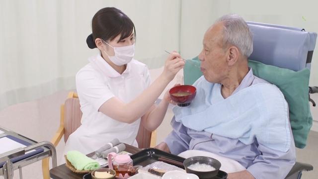 高齢者の誤嚥予防(車いすでの食事介助)