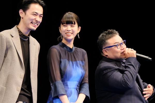映画について語る西浦正記監督。隣には馬場ふみかさんと成田凌さん。