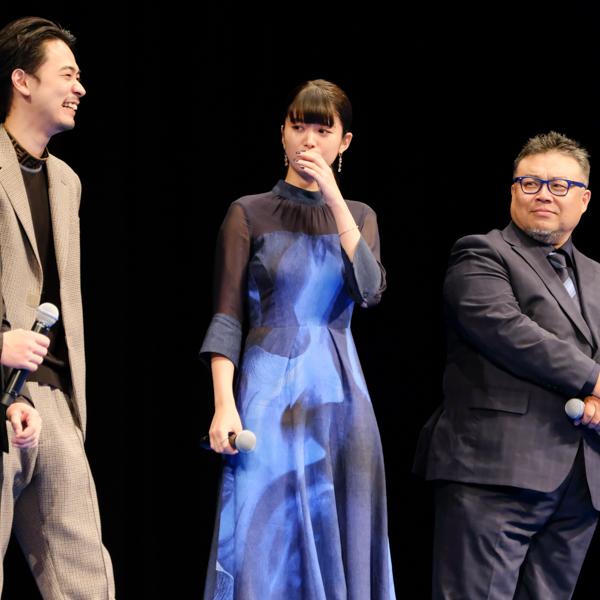 感動の涙を流す馬場ふみかさん。隣には成田凌さんと西浦正記監督。