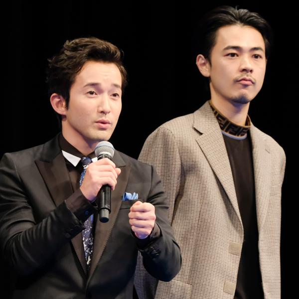役を演じた藤川について語る浅利陽介さん。隣に成田凌さん。