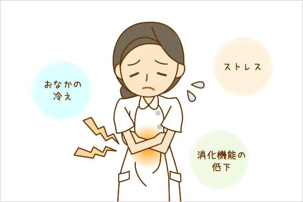 女性の看護師がおなかの冷え、ストレス、消化機能の低下などの原因から腹痛を感じているイラスト。
