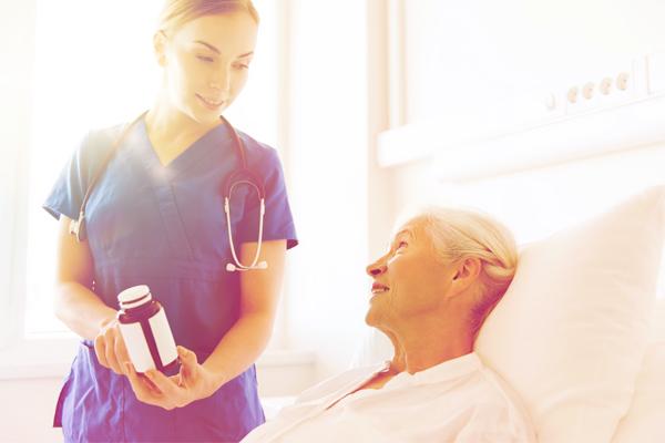 医薬品添付文書について患者に説明する看護師のイメージ画像