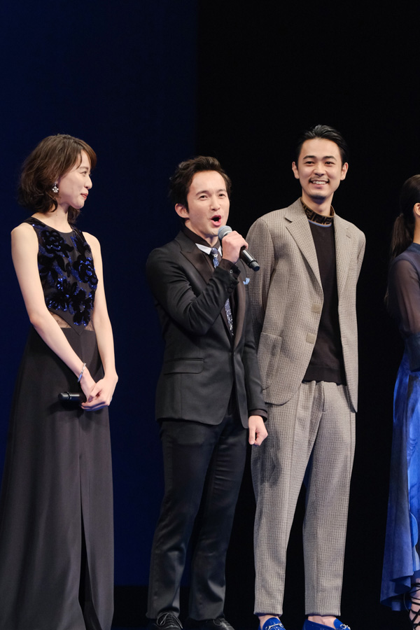 記者会見場を盛り上げる浅利陽介さん。その隣には戸田恵梨香さんと成田凌さん。