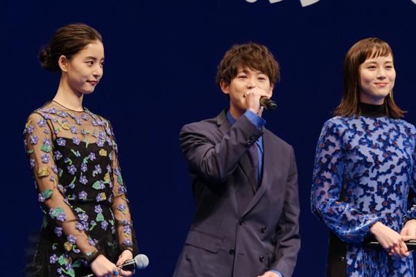 山下さん演じる藍沢について語る有岡大貴さん。隣には、比嘉愛未さんと新木優子さん。