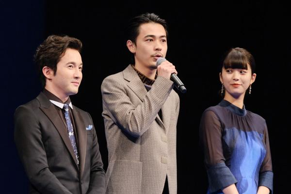 映画について語る成田凌さん。隣には浅利陽介さんと馬場ふみかさん。
