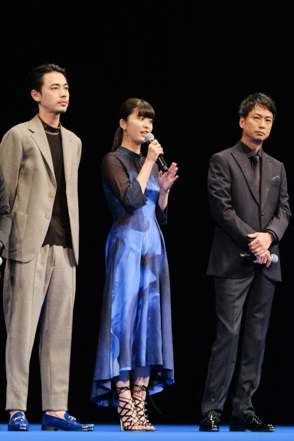 映画について語る馬場ふみかさん。隣には成田凌さんと椎名桔平さん。