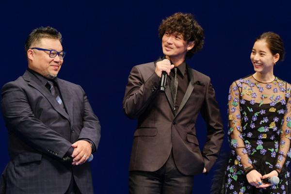 映画について語る安藤政信さん。隣には西浦正記監督と新木優子さん。