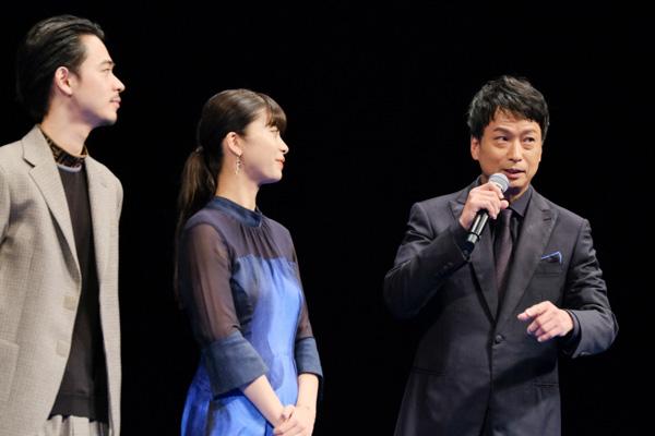 映画について語る椎名桔平さん。隣には馬場ふみかさんと成田凌さん。