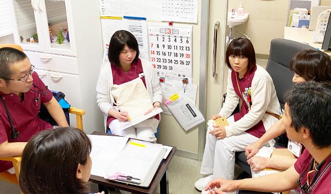 看護チームのカンファレンス風景の写真