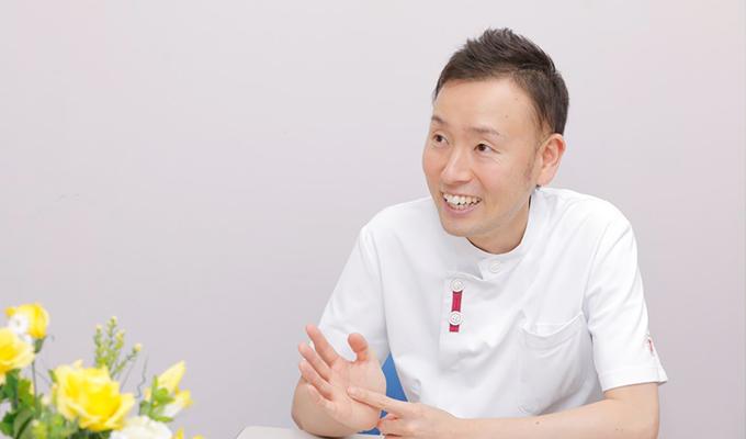 笑顔で話す齊藤さんの写真