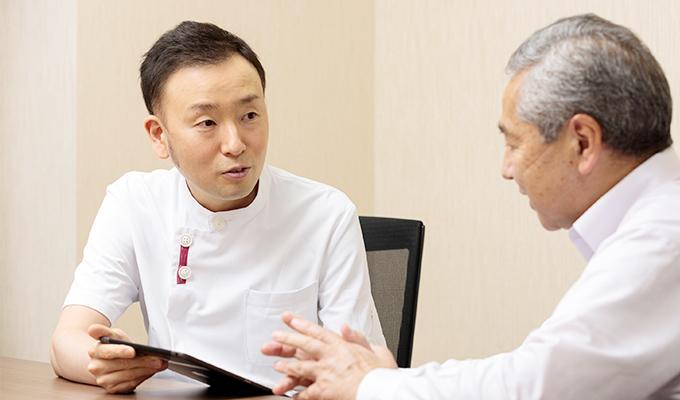 患者さんと話している齊藤さんの写真