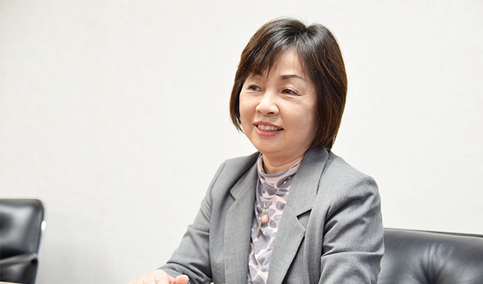 インタビューに答える井上氏の写真