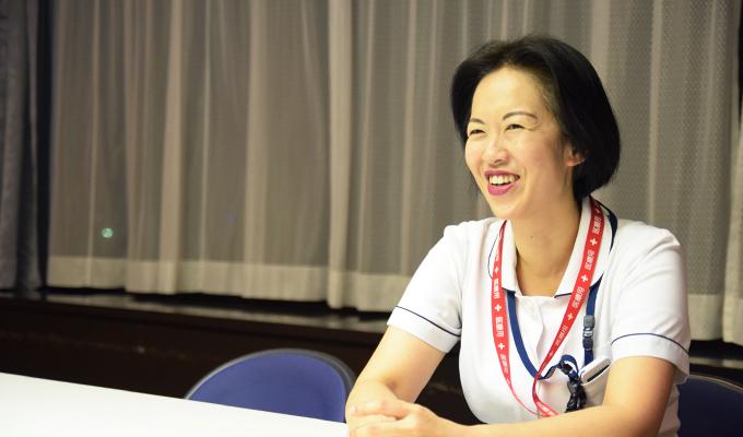 自身の活動を笑顔で話す井出さんの写真