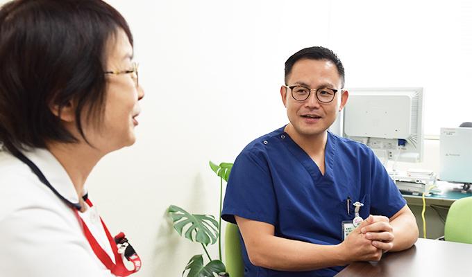 齋藤さんが看護部長の木村さんと話している写真