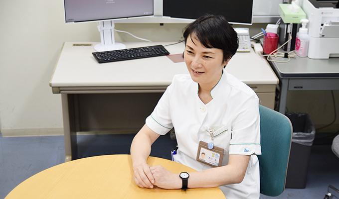 患者さんの相談に応じる部屋で取材に応える大川さんの画像
