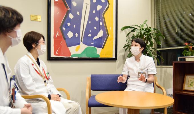 職場の同僚とコミュニケーションをとる大川さんの画像