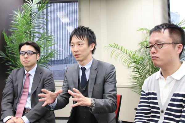 看護師からの質問について語る山本医師とそれを聞く大塚医師と堀向医師の写真。