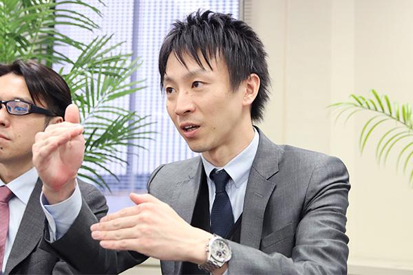 手振りを交えて話をする山本医師の写真