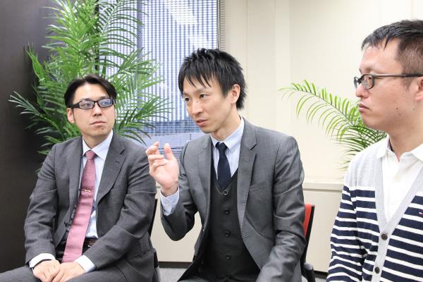 考えを語る山本医師の写真。