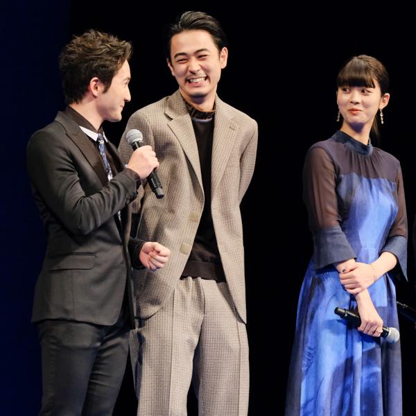 笑顔で話している成田凌さんと浅利陽介さん。隣に馬場ふみかさん。