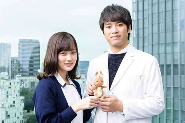 「神酒クリニックで乾杯を」の看護師役の山下美月さんと外科医役の三浦貴大さんとかんごるーちゃんのスリーショットの写真