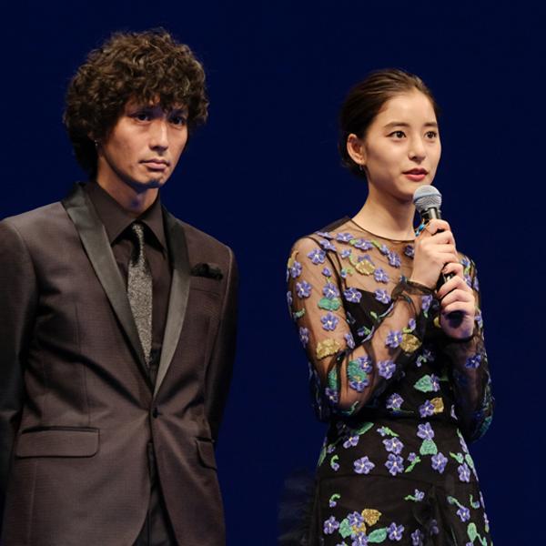 映画について語る新木優子さん。隣には安藤政信さん。