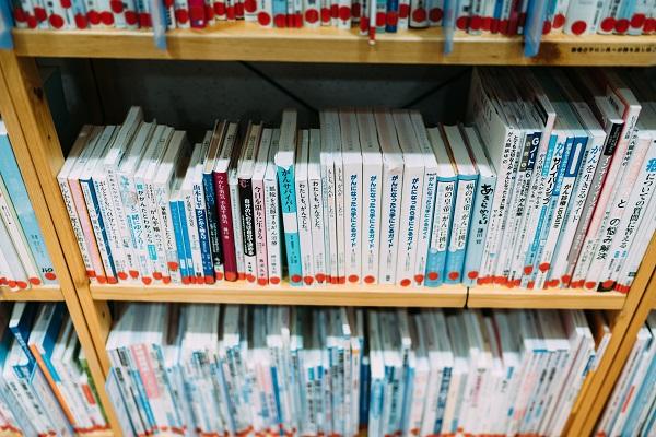 対談の行われた川崎市立井田病院7階「ほっとサロンいだ」に並んでいる書籍の写真。