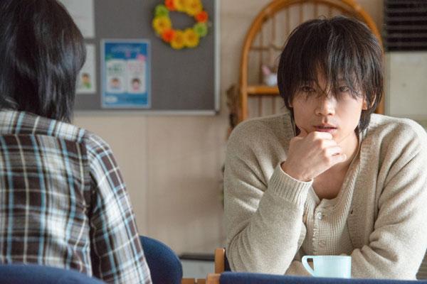 綾野剛演じるチュウさんが会話をしているシーン