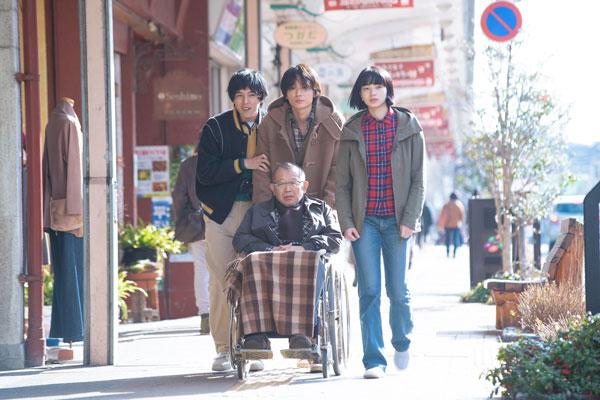 病院の許可を得て街へ買い物に出るシーン