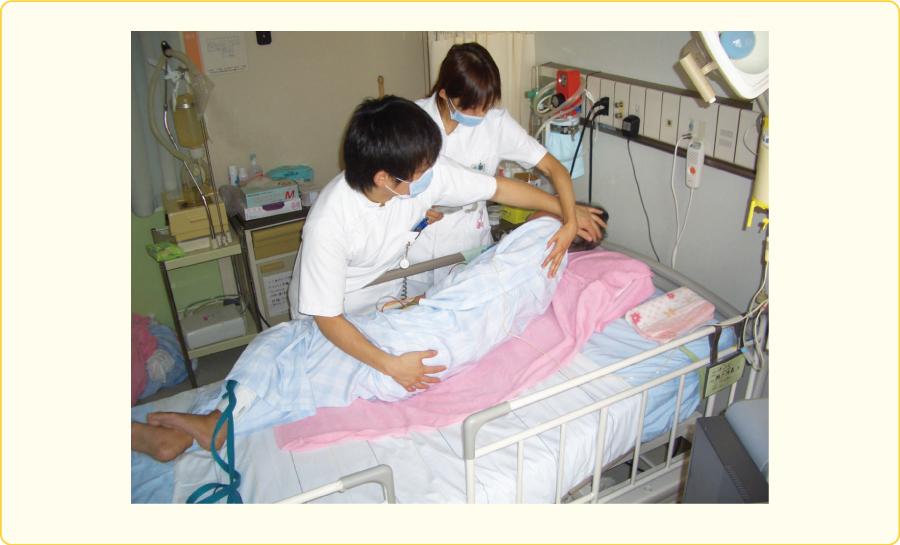 患者の体を側臥位にする
