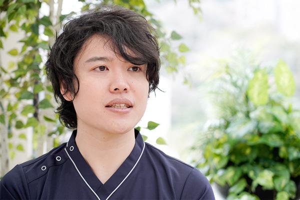 真剣な顔で答えるToshiさんの写真。
