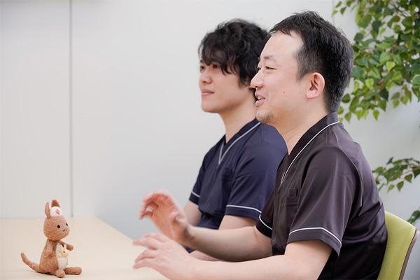 笑顔でインタビューに答えるInsheartのToshiさんとJyunさんの写真。