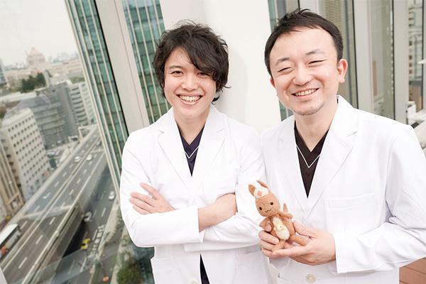 白衣姿でかんごるーちゃんと写真に写るInsheartのToshiさんとJyunさんの写真。