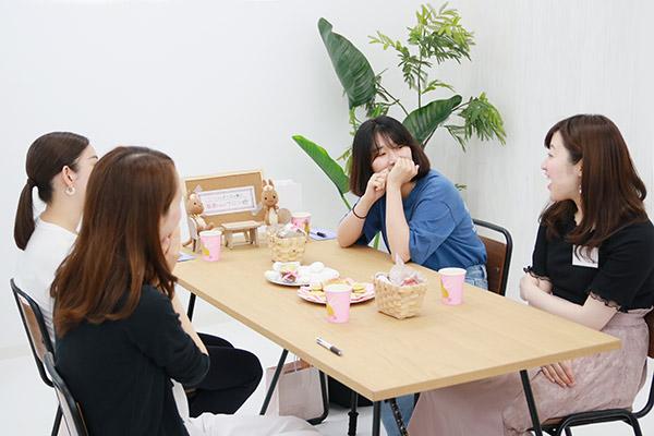 看護師座談会で4年目看護師4人がお菓子を囲んで談笑している