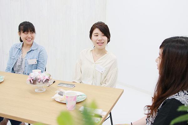 1年目と3年目の看護師3名が座談会で談笑している