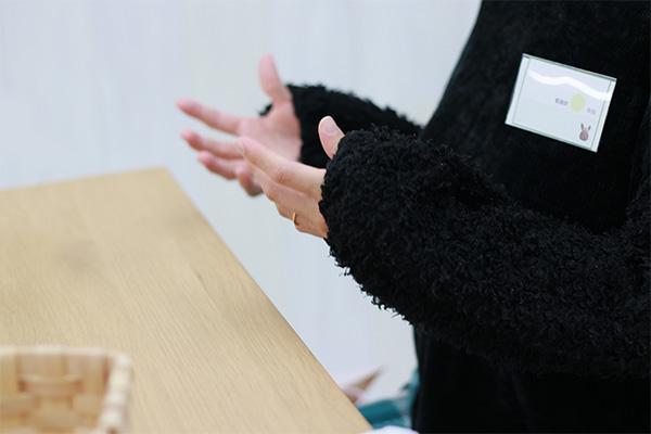 看護師3年目1名が身振り手振りを交えながら話している