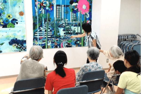 認知症の人向けに行っているアート鑑賞プログラムの写真