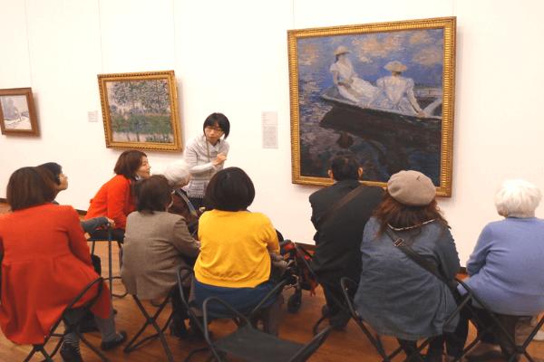 認知症の人や支援者が一緒にアートを鑑賞している写真