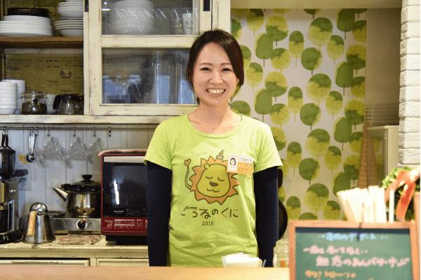 子育てカフェ「ごろねのくに」で働く看護師の佐藤夏未さんの写真