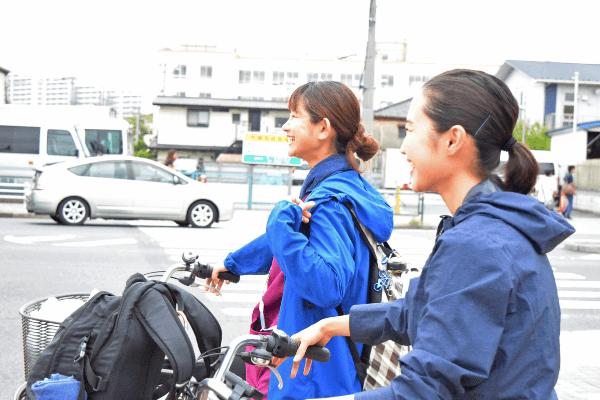 自転車で利用者宅に向かう笑顔の訪問看護師たちの写真