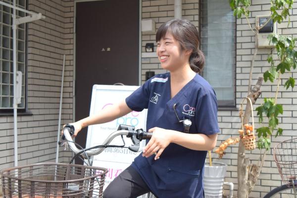 自転車に乗る訪問看護師の写真