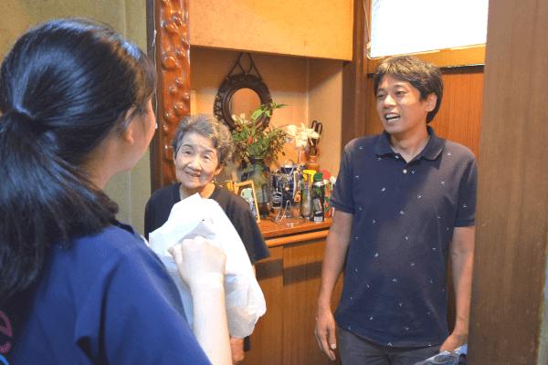 小倉さん、利用者家族、薬剤師の写真
