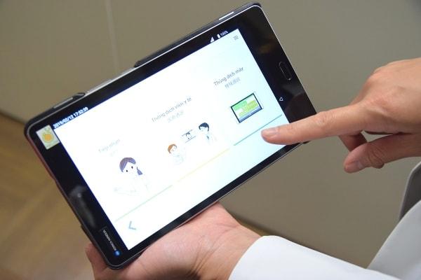通訳支援サービスの入ったタブレット端末の写真