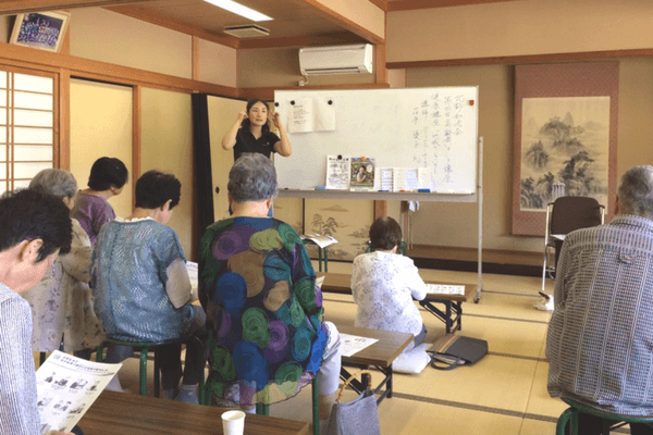 老人会で講話する荏原さんの写真